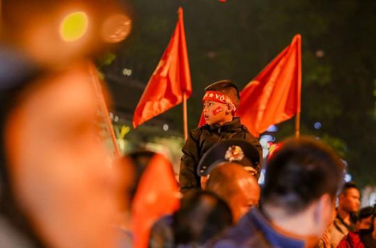 Người dân Hà Nội xuống đường mừng tuyển Việt Nam vào bán kết với vị trí nhất bảng A - Ảnh 4.