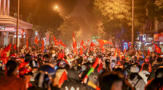 Người dân Hà Nội xuống đường mừng tuyển Việt Nam vào bán kết với vị trí nhất bảng A - Ảnh 6.