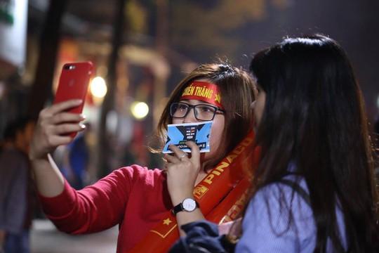 Người dân Hà Nội xuống đường mừng tuyển Việt Nam vào bán kết với vị trí nhất bảng A - Ảnh 2.