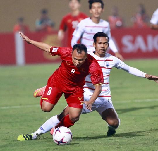 Thắng Campuchia 3-0, Việt Nam vào bán kết với ngôi đầu bảng A - Ảnh 6.