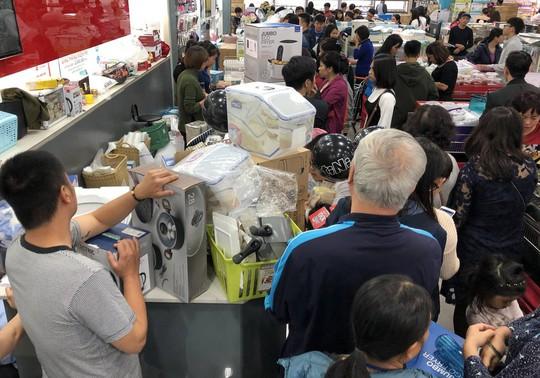 Dân Việt xếp hàng tới đêm săn đồ hiệu giảm giá Black Friday - Ảnh 1.