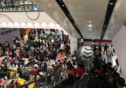 Dân Việt xếp hàng tới đêm săn đồ hiệu giảm giá Black Friday - Ảnh 2.