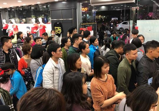 Dân Việt xếp hàng tới đêm săn đồ hiệu giảm giá Black Friday - Ảnh 11.