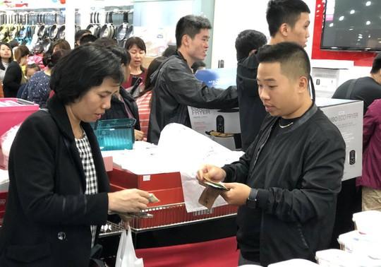 Dân Việt xếp hàng tới đêm săn đồ hiệu giảm giá Black Friday - Ảnh 4.
