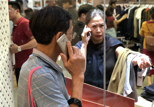 Dân Việt xếp hàng tới đêm săn đồ hiệu giảm giá Black Friday - Ảnh 5.