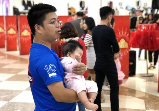 Dân Việt xếp hàng tới đêm săn đồ hiệu giảm giá Black Friday - Ảnh 8.