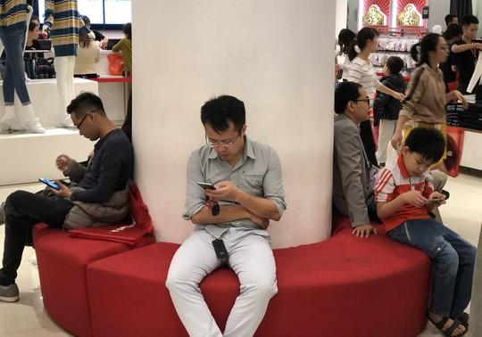 Dân Việt xếp hàng tới đêm săn đồ hiệu giảm giá Black Friday - Ảnh 9.