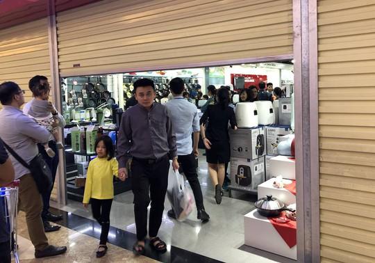 Dân Việt xếp hàng tới đêm săn đồ hiệu giảm giá Black Friday - Ảnh 10.