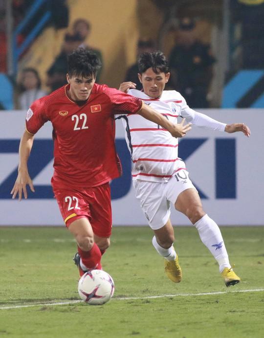 Thắng Campuchia 3-0, Việt Nam vào bán kết với ngôi đầu bảng A - Ảnh 7.