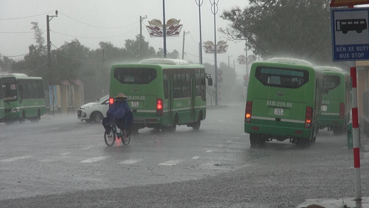 Ảnh hưởng bão số 9, Cần Giờ mưa lớn, cây xanh bật gốc, nhà tốc mái - Ảnh 7.