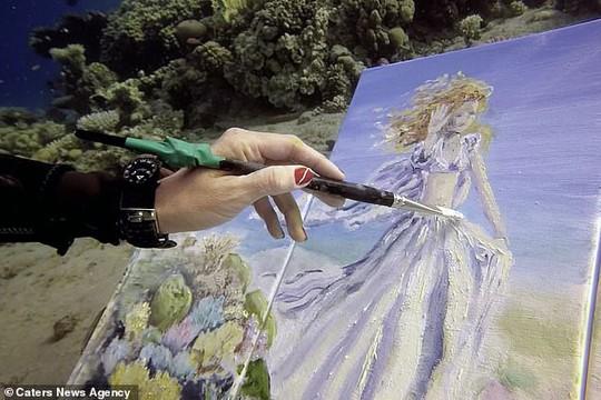 Họa sĩ vẽ tranh dưới đáy đại dương, người mẫu phải lặn theo - Ảnh 3.