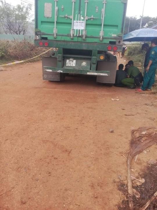 Nô đùa gần bánh xe container, bé trai 1 tuổi bị cán chết - Ảnh 2.