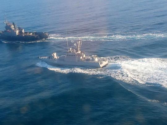 Nga bắt 3 tàu Ukraine gần bán đảo Crimea - Ảnh 1.