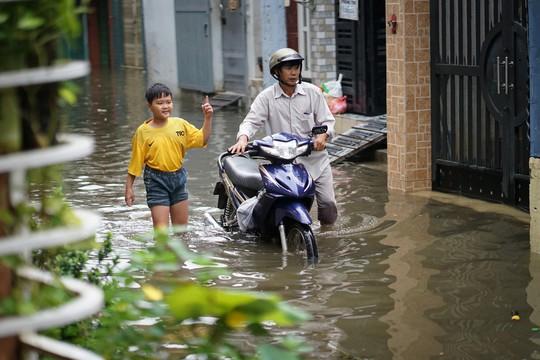 Cận cảnh ngập lụt trong nhà, ngoài ngõ ở TP HCM - Ảnh 1.