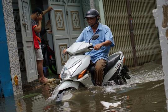 Cận cảnh ngập lụt trong nhà, ngoài ngõ ở TP HCM - Ảnh 6.