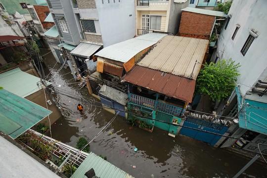 Cận cảnh ngập lụt trong nhà, ngoài ngõ ở TP HCM - Ảnh 8.