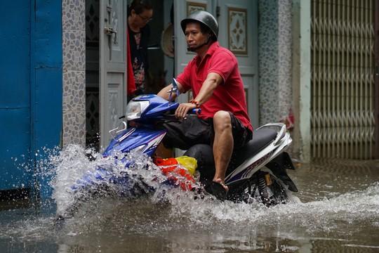 Cận cảnh ngập lụt trong nhà, ngoài ngõ ở TP HCM - Ảnh 11.