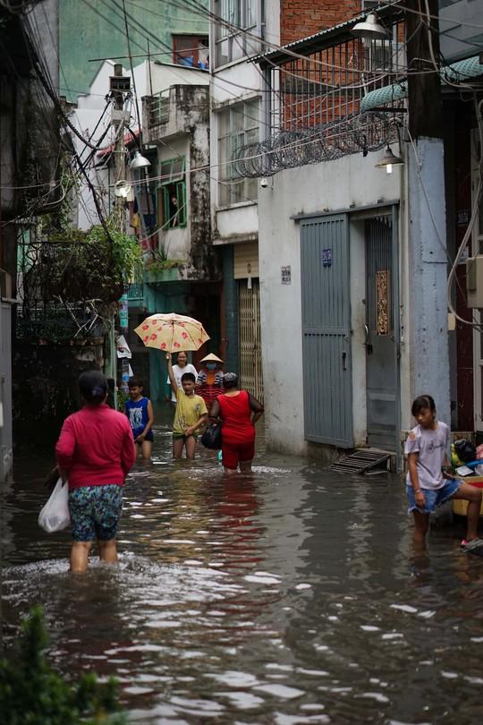 Cận cảnh ngập lụt trong nhà, ngoài ngõ ở TP HCM - Ảnh 7.