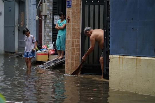 Cận cảnh ngập lụt trong nhà, ngoài ngõ ở TP HCM - Ảnh 17.