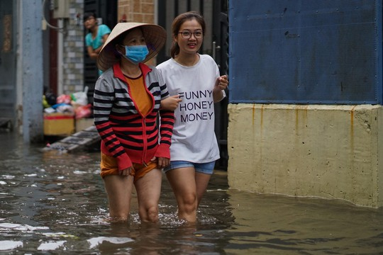 Cận cảnh ngập lụt trong nhà, ngoài ngõ ở TP HCM - Ảnh 18.