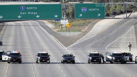 Mỹ đóng cửa biên giới với Mexico vì người di cư quá khích - Ảnh 1.