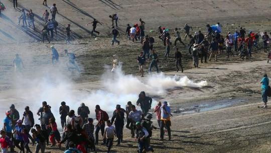 Mỹ đóng cửa biên giới với Mexico vì người di cư quá khích - Ảnh 2.