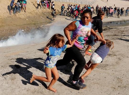 Mỹ đóng cửa biên giới với Mexico vì người di cư quá khích - Ảnh 3.