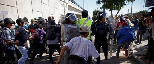 Mỹ đóng cửa biên giới với Mexico vì người di cư quá khích - Ảnh 4.