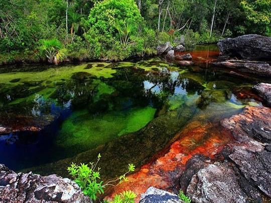 Khó tin nhưng có thật: Sông có 5 màu biến đổi theo mùa - Ảnh 1.