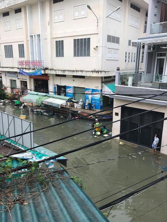 Cận cảnh ngập lụt trong nhà, ngoài ngõ ở TP HCM - Ảnh 5.
