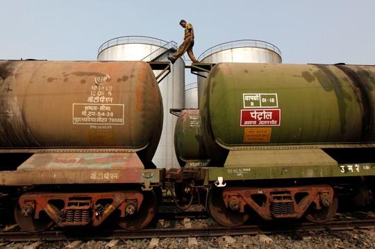 Giá dầu rối loạn vì nhiễu tín hiệu từ Ả Rập Saudi - Ảnh 1.