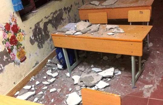 Ba học sinh lớp 1 nhập viện vì vữa trần nhà rơi trúng - Ảnh 1.