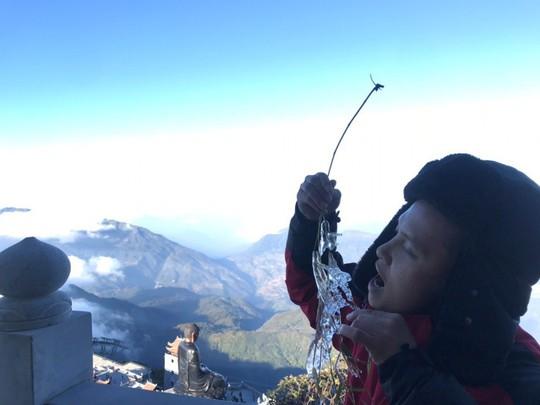 Ngắm hoa băng lung linh kỳ thú trên đỉnh Fansipan - Ảnh 10.