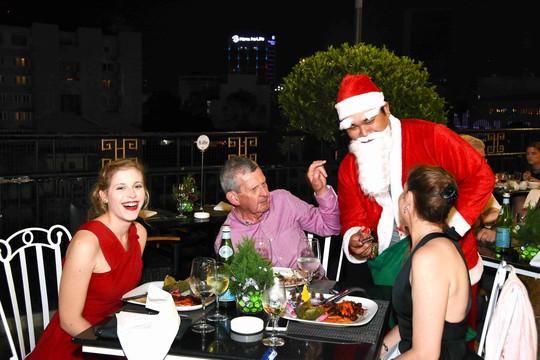 Giáng sinh ấm áp và đáng yêu tại Rooftop Garden Bar - Ảnh 1.