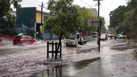 Úc: Mưa 1 giờ bằng cả tháng, đường phố Sydney biến thành sông - Ảnh 1.