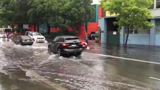Úc: Mưa 1 giờ bằng cả tháng, đường phố Sydney biến thành sông - Ảnh 2.