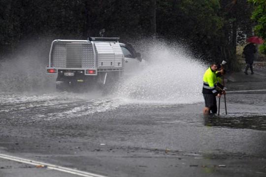 Úc: Mưa 1 giờ bằng cả tháng, đường phố Sydney biến thành sông - Ảnh 3.