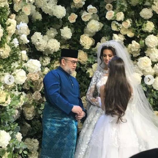 Lộ ảnh vua Malaysia cưới hoa khôi Moscow - Ảnh 1.