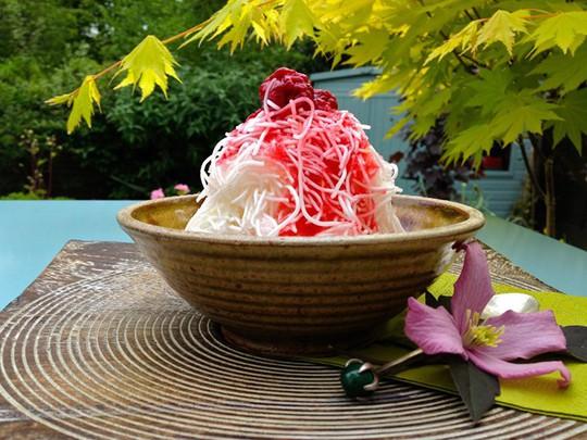 Tò mò nếm thử món kem trộn bún tươi kỳ lạ - Ảnh 1.