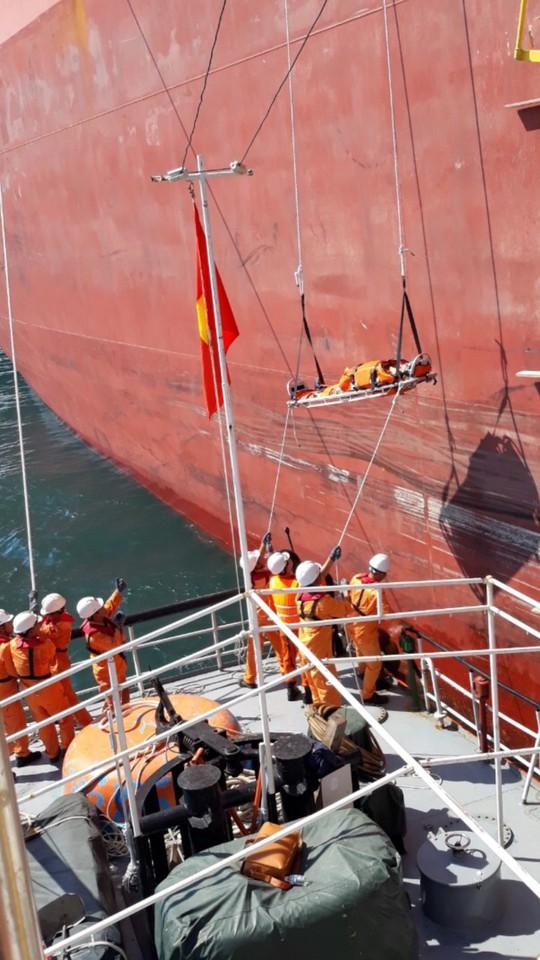 Cứu nạn khẩn cấp thuyền viên nước ngoài bị thương trên biển - Ảnh 2.
