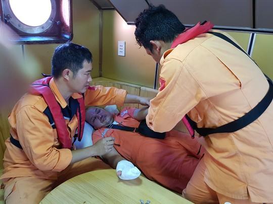 Cứu nạn khẩn cấp thuyền viên nước ngoài bị thương trên biển - Ảnh 4.