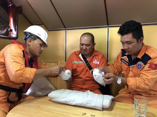 Cứu nạn khẩn cấp thuyền viên nước ngoài bị thương trên biển - Ảnh 3.