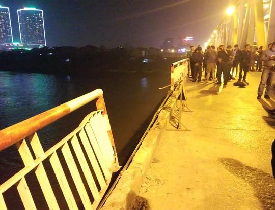 Ô tô lao từ cầu Chương Dương xuống sông: Tìm thấy xe Mercedes và 2 nạn nhân bên trong - Ảnh 1.