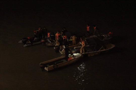 Ô tô lao từ cầu Chương Dương xuống sông: Tìm thấy xe Mercedes và 2 nạn nhân bên trong - Ảnh 8.