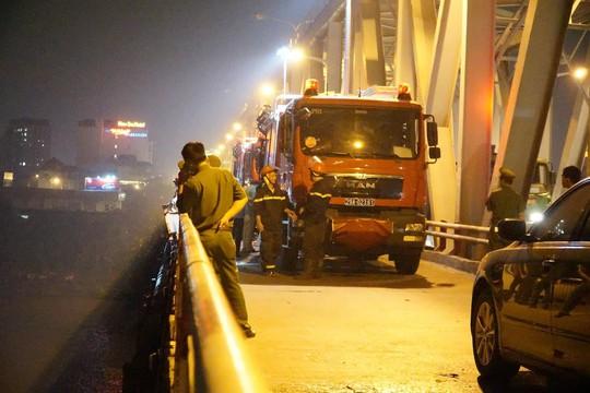 Ô tô lao từ cầu Chương Dương xuống sông: Tìm thấy xe Mercedes và 2 nạn nhân bên trong - Ảnh 5.
