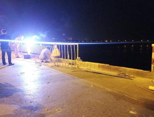 Ô tô lao từ cầu Chương Dương xuống sông: Tìm thấy xe Mercedes và 2 nạn nhân bên trong - Ảnh 11.