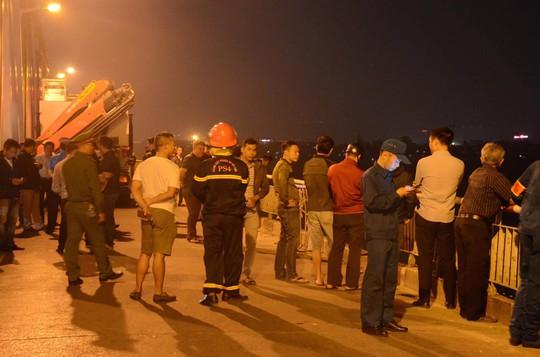 Ô tô lao từ cầu Chương Dương xuống sông: Tìm thấy xe Mercedes và 2 nạn nhân bên trong - Ảnh 7.