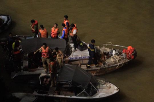 Ô tô lao từ cầu Chương Dương xuống sông: Tìm thấy xe Mercedes và 2 nạn nhân bên trong - Ảnh 9.