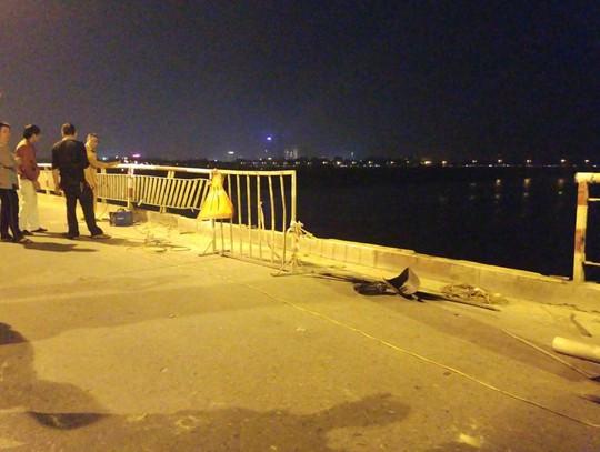 Ô tô lao từ cầu Chương Dương xuống sông: Tìm thấy xe Mercedes và 2 nạn nhân bên trong - Ảnh 12.