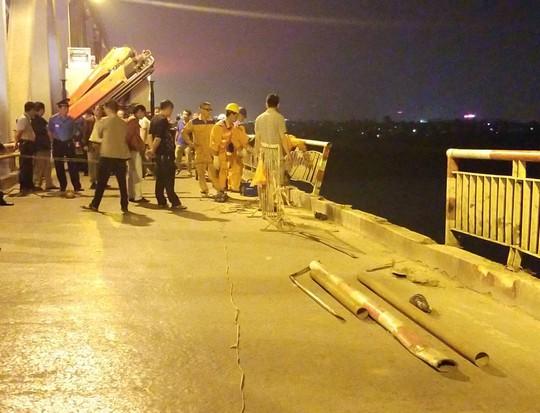 Ô tô lao từ cầu Chương Dương xuống sông: Tìm thấy xe Mercedes và 2 nạn nhân bên trong - Ảnh 13.